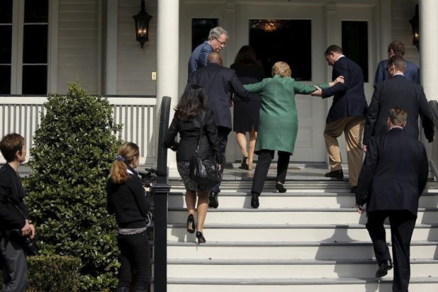 clinton-helped-up-stairs